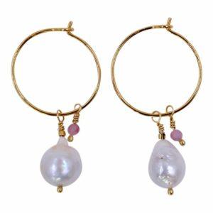Perlemust runde øreringe med barokperle og en lille lyserød ædelsten. Hoop øreringe. Creoler.