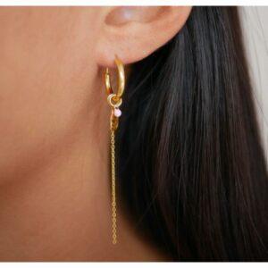 ser øret af en fotomodel som har enamel forgyldt sølv ørering hoops delightful studs ørestikker i venstre øre