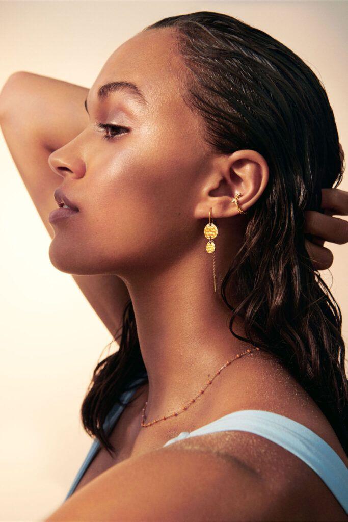 Enamel model viser smykker på Juwels.dk: hænge øreringe, lola halskæde og ear cuff